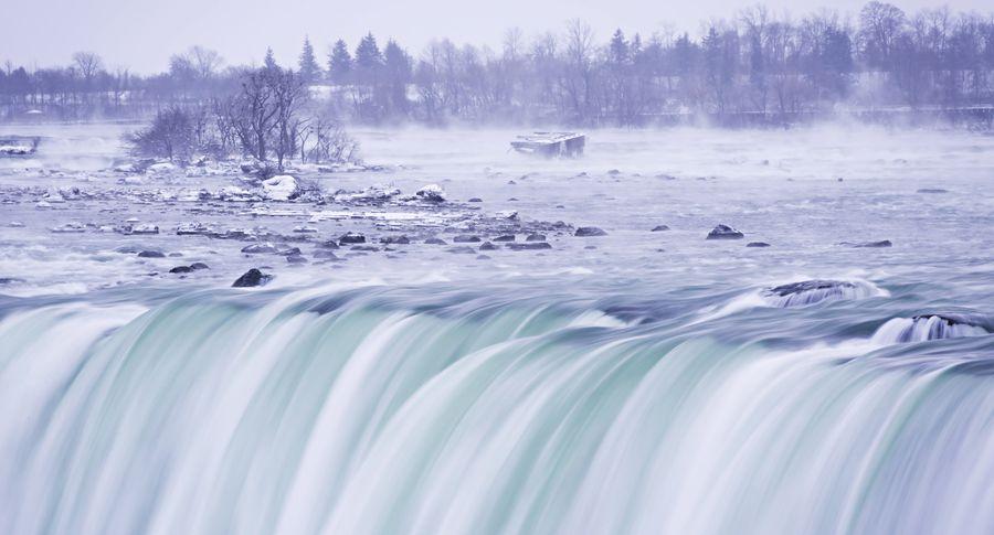 Из-за холодов жители Америки любуются на«замёрзший» Ниагарский водопад