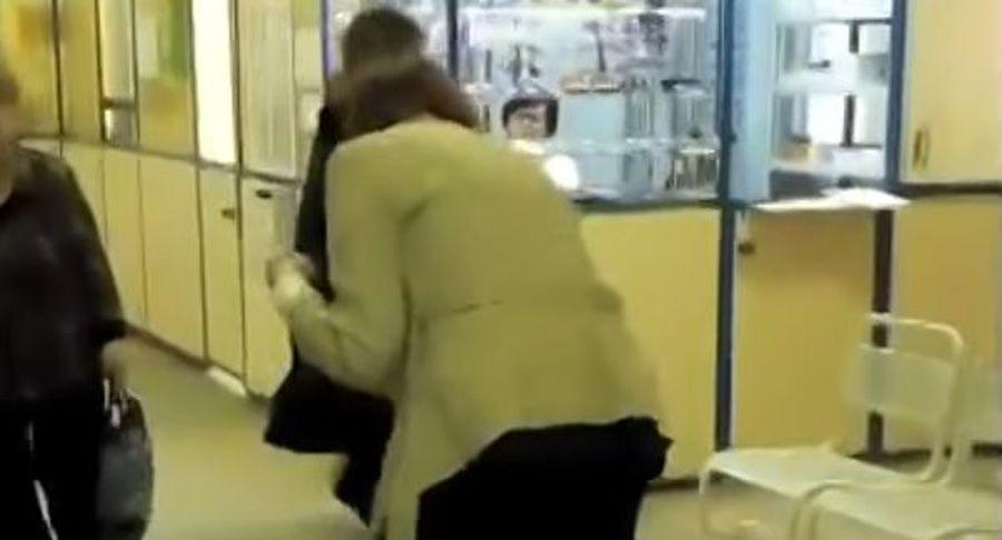 Вновосибирской поликлинике женщине сгипсом для перемещения выдали табурет