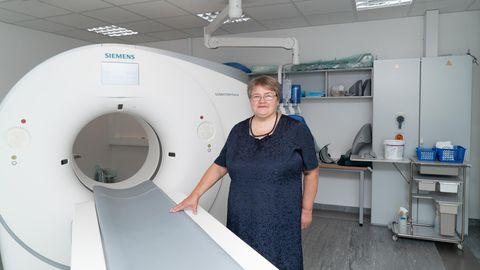 Tartu ülikooli kliinikumi radioloogiakliiniku juhataja Pilvi Ilves seisab kõige uuema ja võimekama kompuutertomograafi kõrval, millega tehakse ööpäevas ligi 50 uuringut.