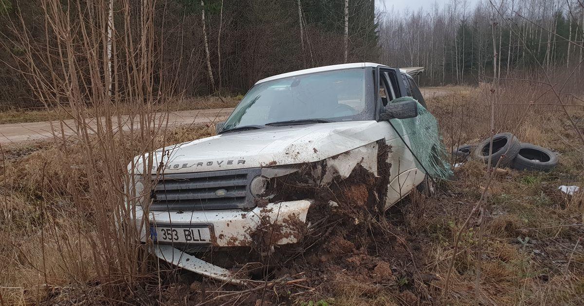 Kruusateel kihutanud autojuht sõitis maasturiga teelt välja