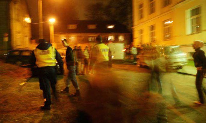 9f8f344a243 Kui noored teisipäeval rongkäigus Tartu kaubamaja juurest Karlova  gümnaasiumi juurde suundusid, ei olnud asi juhtunu peategelaste sõnul enam  omavahelises ...