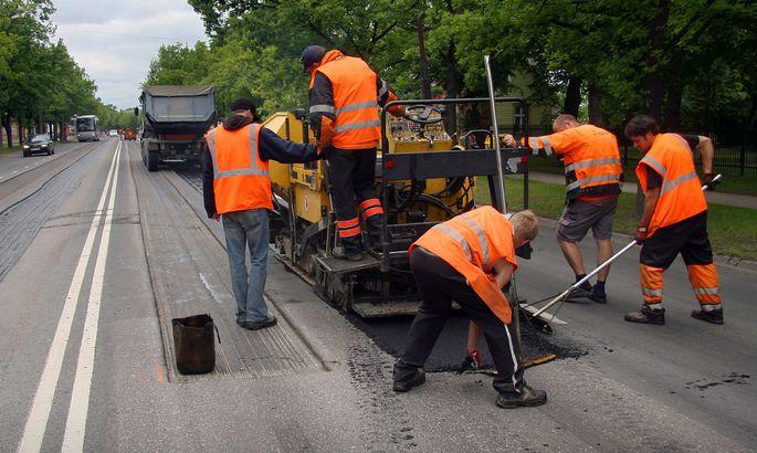 903e8688b81 Teisipäeva päeval alustati Riia maanteel taas asfaltimistöödega, et nädala  lõpuks valmis saada.