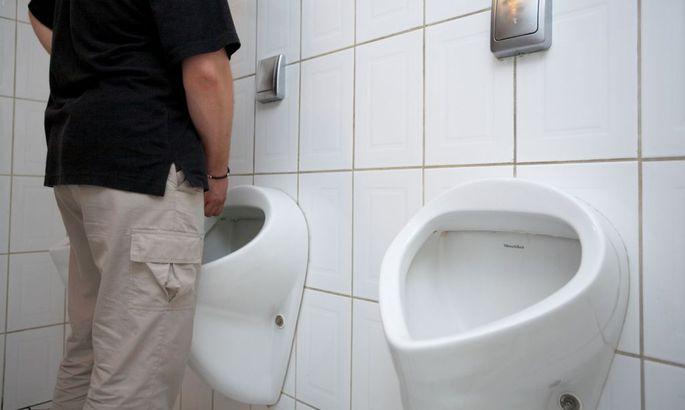 Невероятно девушка моет туалет несколькими мужчинами берковой