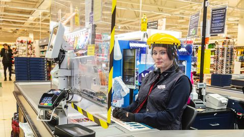 Tallinn, 23.03.2020 Maxima ehitas kassiiridele turvaseinad.  Maxima are putting up plexiglass shields to protect cashiers and customers from possibly infecting each other with the novel coronavirus.