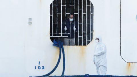 Kruiisilaeval Diamond Princess on karantiinis 3600 reisijat ja meeskonnaliiget alates 4. veebruarist. Pildil on üks töötajatest, kes on koos reisijatega olnud ligi kaks nädalat karantiinis. Hiljuti selgus, et kruiisilaeva töötajad peavad aga jääma karantiini kauemaks.