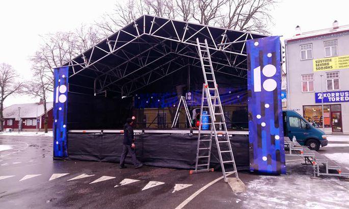 b57c5bea9d9 31. detsember 2018, 18:37. Keskväljakul on lava esinejatele juba valmis.