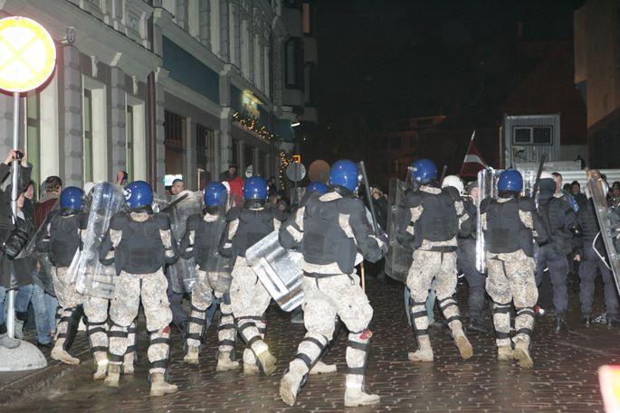 """Бойцы спецотряда """"Альфа"""" и военной полиции разгоняют участников массовых беспорядков у Сейма, которые пытались 13 января прорваться в здание парламента"""