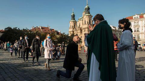 Maskides inimesed pühapäevasel vabaõhumissal Praha vanalinna keskväljakul 25. oktoobril 2020.