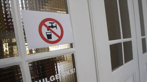 Silt uksel teatab, et kraanivesi on joogiks kõlbmatu. Foto on illustreeriv ja pole tehtud Harkujärve Põhikoolis.
