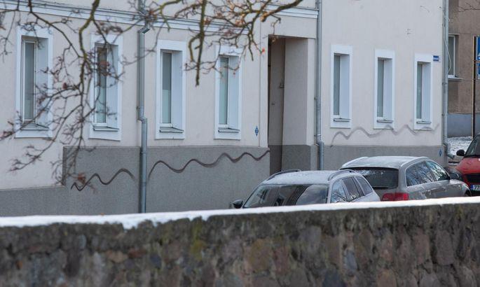 73b478a02d6 Tartu. Eesti.29NOV18- Paar ööd tagasi Karlova linnaosas möllanud vandaal on  jõudnud oma vägitükkidega ka Vanemuise majade seintele.
