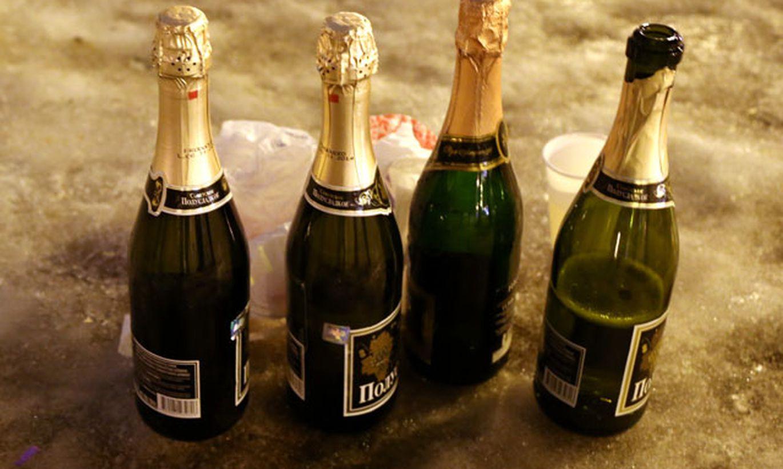 Суёт бутылку от шампанского, Села на бутылку -видео. Смотреть Села на бутылку 16 фотография