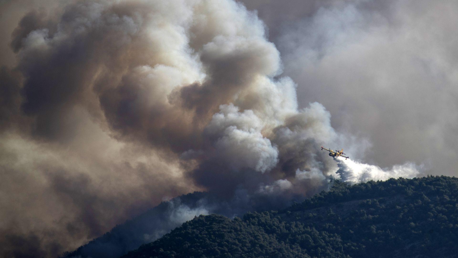 Kreekas puhkes Kórinthose lähistel metsatulekahju