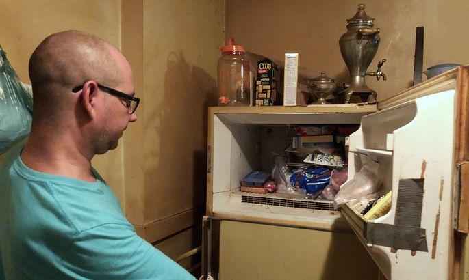 3065587940a Adam Smith oma ema külmiku juures. Pilt on tehtud 29. juulil meedia jaoks
