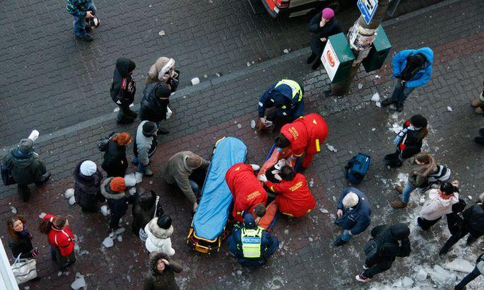bfd5f341138 Kiirabiarstid püüdsid eile pärastlõunal Tallinna kesklinnas jääkamakaga  rängalt vigastada saanud 15-aastasele koolitüdrukule otse sündmuskohal pool  tundi ...