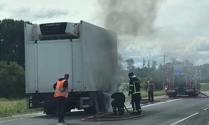 c3df2db20f3 Tallinna–Tartu maanteel süttinud veoauto haagis sulges magistraalil ...
