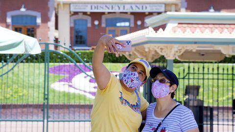 Maskides külastajad Disneylandi sissepääsu juures pargi üldala avamispäeval Anaheimis, Californias – nädalavahetusel avatakse koroonaviiruse kiuste uksed ka Floridas.