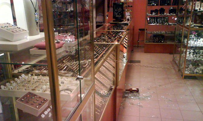 d0452db9cad Tartu Vanas Kaubamajas asuv kullapood mõned minutid pärast röövi.