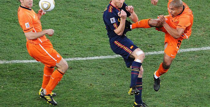 8435053972a Hollandi koondise poolkaitsja Nigel de Jong (paremal) jõhker viga Hispaania  jalgpalluri Xabi Alonso vastu 2010. aasta MM-finaalis.