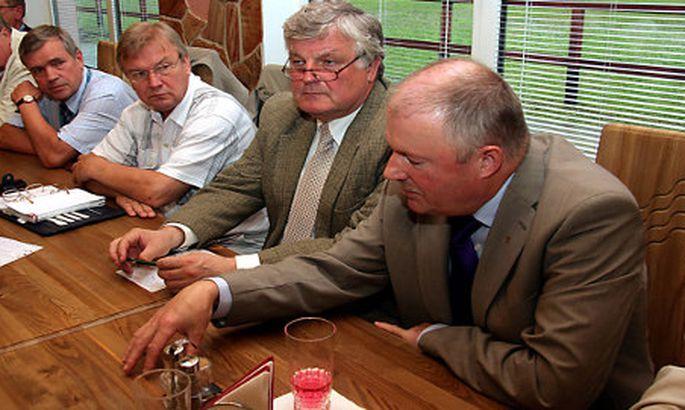 13b991cc03f Riigikogu eelmise koosseisu Ida-Viru saadikurühma kuulusid vaid  Keskerakonna ja Reformierakonna saadikud. Sel 2009. aastal tehtud pildil on  Lembit Kaljuvee, ...