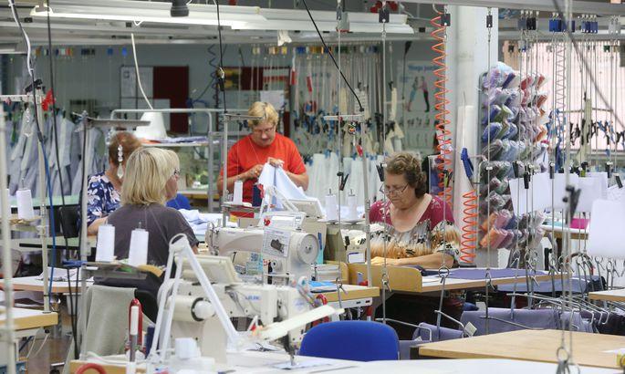 2116f55b60c Stenströmsi õmblusvabriku töötajad võivad pärast tööpäeva kasutada  tööstuslikke õmblusmasinaid ka oma isiklike riiete õmblemiseks ja  tootmisjuhi Järvi Paalo ...