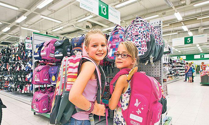 892f74aa429 Üheksa-aastane Karoliina (vasakul) ja seitsmeaastane Karmen möödunud nädala  keskel ranitsaid selga sobitamas. Karoliina alustab peagi kolmandat  kooliaastat, ...