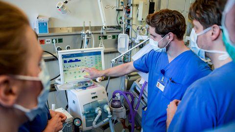 Haiglaarste juhendatakse Eppendorfi ülikooli kliinikumis ventilaatorit kasutama.