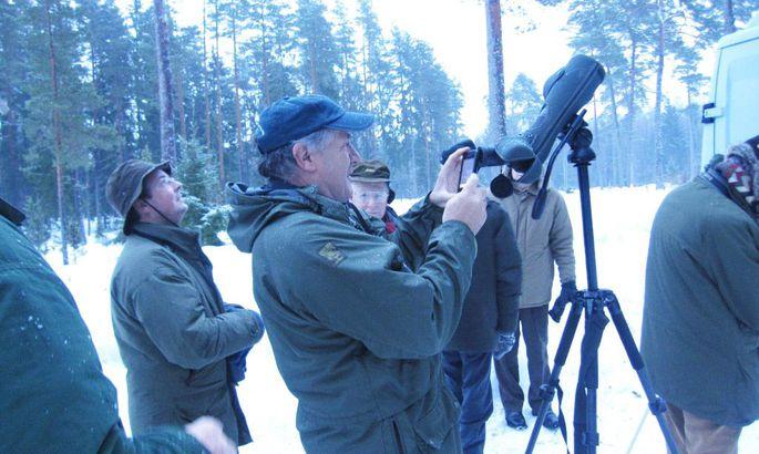 7fb604673d4 Maailma suurima ökoturismimessi Birdfair peakorraldaja Tim Appleton  (esiplaanil) käis Eestis linde vaatlemas ja oli nähtust vaimustatud.