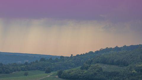 Inglismaal Surrey ja Londoni lähistel vaikus enne tormi 12. augustil 2020. Troopilise kuumalaine mõjul on õhutemperatuur tõusnud 34 kraadini; ilmateenistuse teatel toob see kaasa tugevad äikesetormid ja vihmasaju. Olukord on raskeim taluda hingamisteede probleemidega inimestele.