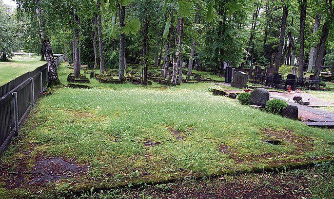 dad9c33a378 Esiplaanil on moslemi kalmistu, kus asus vene ajal käimla, tagaplaanil  juutide kalmistu, millelt rööviti Saksa ajal vasest mälestusplaadid.