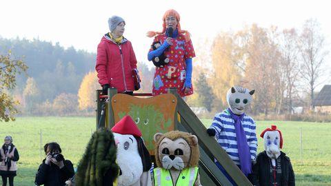 Ronimisredeli tipus seisavad Nõo valla tervisemeeskonna liige Ene Mölter ja Tartumaa tervist edendavate lasteaedade koordinaator Pilvi Luhaste, tema kannab Pipi kostüümi.