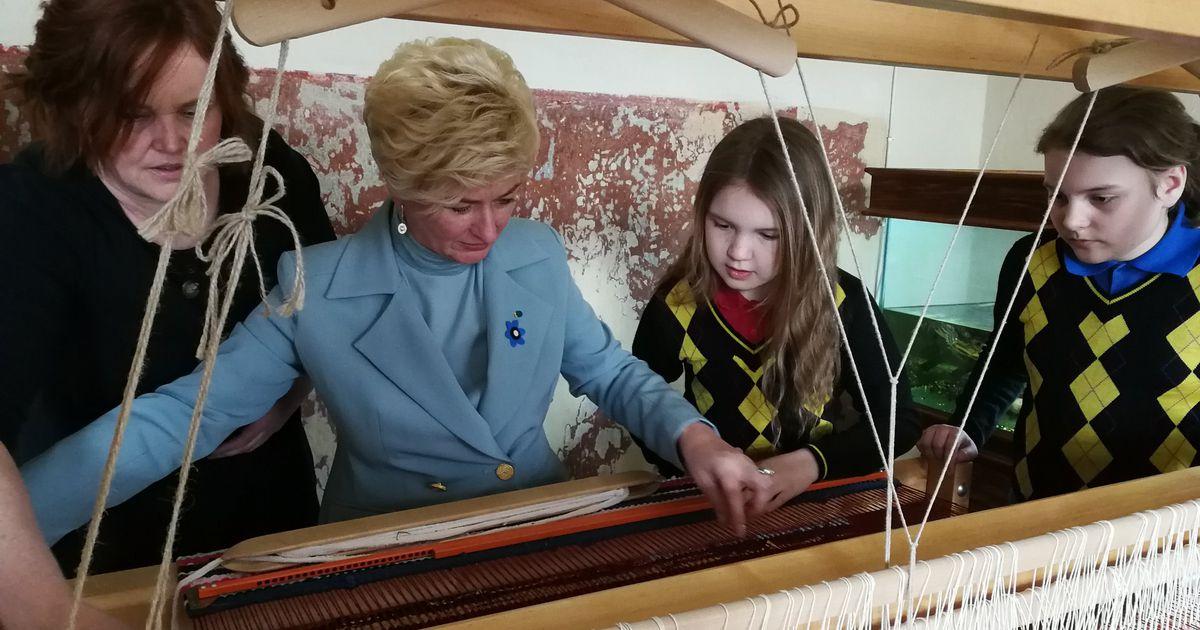 Foto: Läti presidendiproua kudus vaiba sisse rahvusvärvid