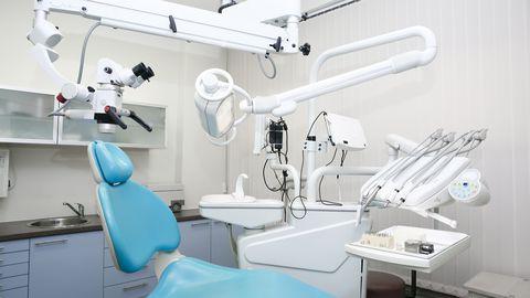 Ravikabinetis peab olema ühtse funktsionaalse terviku moodustav hambaarsti töökoha sisseseade ja aparatuur: hambaraviseade, hambaravitool, arsti tool, süljeimur, kohtvalgustid, muud eriseadmed. Pilt on illustratiivne.