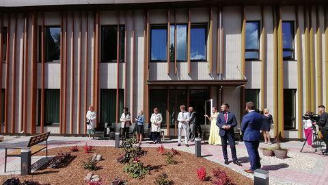 Eesti esimene spetsiaalselt dementsusega inimeste jaoks ehitatud Benita Kodu. Pildil hetk pidulikul avamispäeval toimunud ringkäigust 22. juulil 2020.